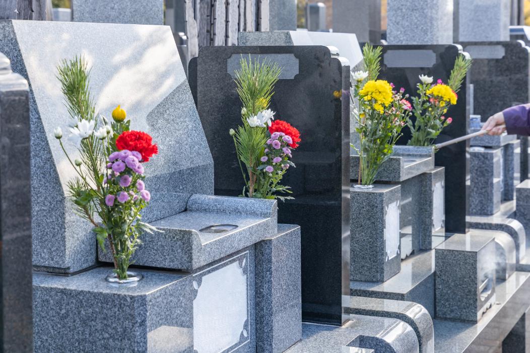 花が供えられた複数の墓石