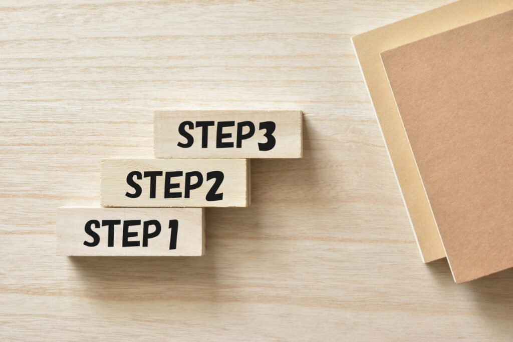 「STEP1」「STEP2」「STEP3」と書かれた積み木