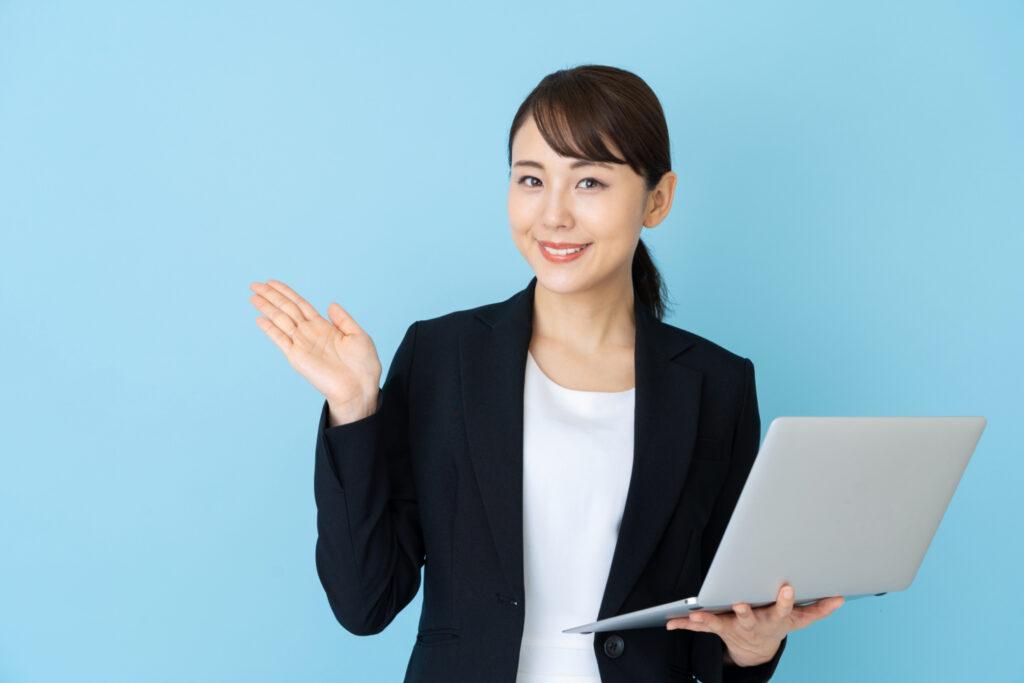 ノートパソコンをもって紹介ているビジネスウーマン