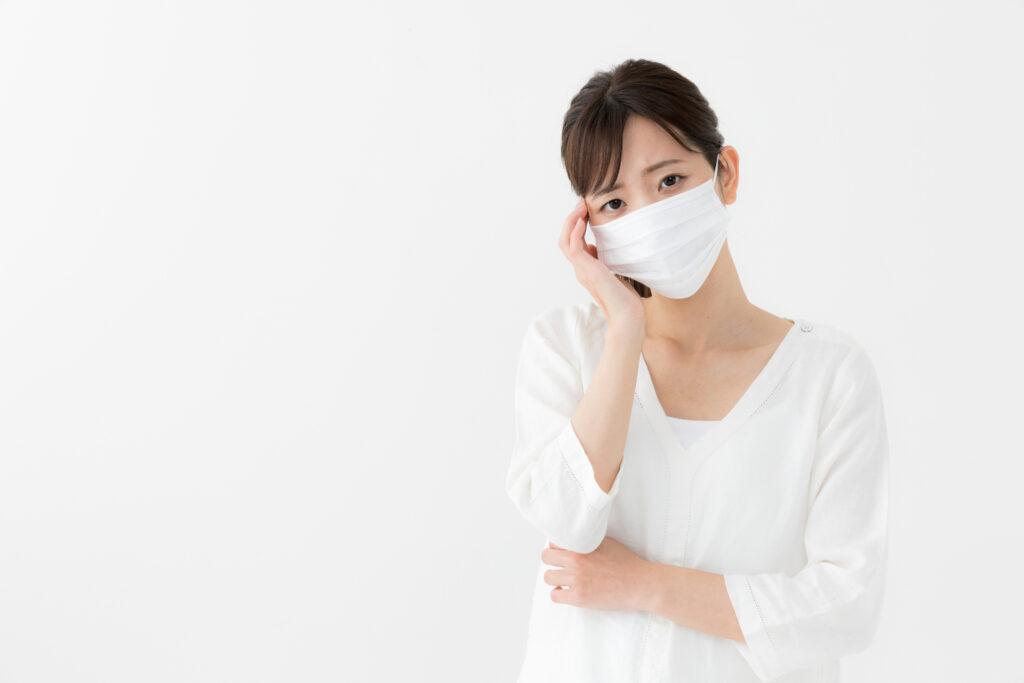 マスク 悩む女性