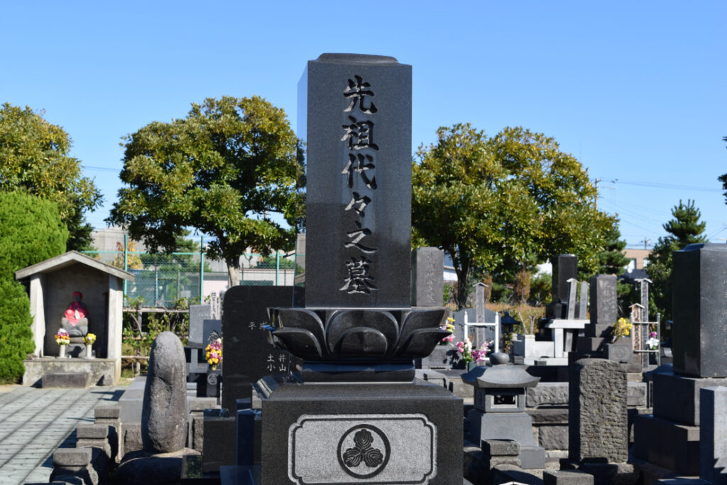 「先祖代々之墓」と刻まれた墓石